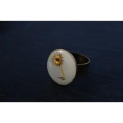 Petite bague blanche fleur...